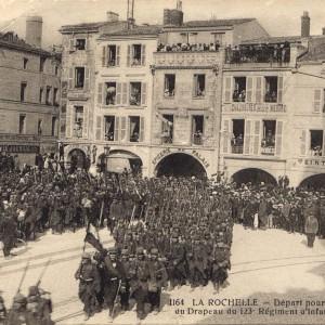 Départ pour la guerre du 123e Régiment d'Infanterie. (Archives municipales de La Rochelle 5 Fi 3425. )