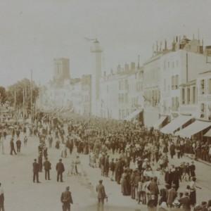 La foule suit les soldats jusqu'à l'ancienne gare de La Rochelle. (Département de la Charente-Maritime, Direction de la Culture, du Sport et de l'Animation, service des Archives départementales-La Rochelle - 78 Fi.)