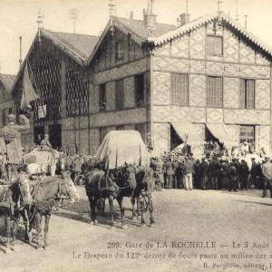 Le départ du 123e Régiment d'Infanterie de l'ancienne gare de La Rochelle, 5 août 1914. (Archives municipales de La Rochelle 5 Fi 2341. )