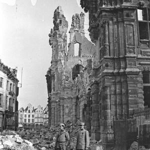 André Plessis (à droite) devant les ruines de l'hôtel de ville d'Arras, après les bombardements. (Région Poitou-Charentes, inventaire du patrimoine culturel / fonds Hélène Plessis-Vieillard - André Plessis.)
