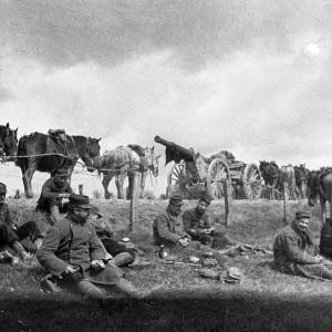 Soldats au repos lors d'un mouvement de troupes. (Région Poitou-Charentes, inventaire du patrimoine culturel / fonds Hélène Plessis-Vieillard - André Plessis.)