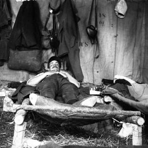 Soldat au repos dans un lit de fortune. (Région Poitou-Charentes, inventaire du patrimoine culturel / fonds Hélène Plessis-Vieillard - André Plessis.)