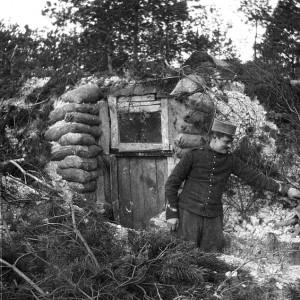 Un soldat devant l'entrée d'une casemate. (Région Poitou-Charentes, inventaire du patrimoine culturel / fonds Hélène Plessis-Vieillard - André Plessis.)