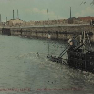 Sous-marin Otarie sortant du port de La Pallice à La Rochelle. (Département de la Charente-Maritime, Direction de la Culture, du Sport et de l'Animation, service des Archives départementales-La Rochelle - 78 Fi.)