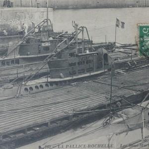 Un ensemble de sous-marins dans le port de La Pallice à La Rochelle. (Département de la Charente-Maritime, Direction de la Culture, du Sport et de l'Animation, service des Archives départementales-La Rochelle - 78 Fi.)