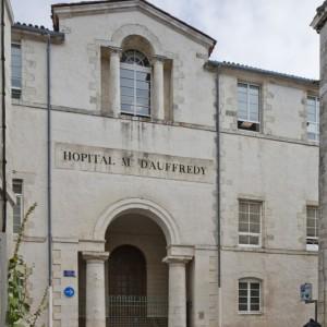 L'ancien hôpital militaire Auffrédy, à La Rochelle, accueille aujourd'hui les locaux de la sous-direction des pensions du Ministère de la Défense. (Région Poitou-Charentes, inventaire du patrimoine culturel / Christian Rome, 2013.)