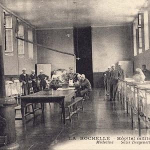 Une des salles pour blessés au sein de l'hôpital militaire Auffrédy. (Archives municipales de La Rochelle, 5 Fi 2463.)