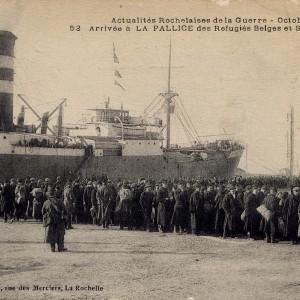 Arrivée de réfugiés belges à La Pallice, en octobre 1914. (Archives municipales de La Rochelle 5 Fi 3599.)