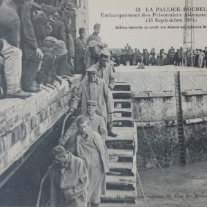 Embarquement des prisonniers allemands pour travailler dans l'île de Ré, en septembre 1914. (Département de la Charente-Maritime, Direction de la Culture, du Sport et de l'Animation, service des Archives départementales-La Rochelle - 78 Fi.)