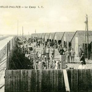 Une scène de vie quotidienne à l'intérieur du camp de prisonniers allemands de La Pallice. (Archives municipales de La Rochelle 5 Fi 3597.)