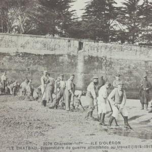 Les prisonniers de guerre allemands au travail, au Château-d'Oléron. (Département de la Charente-Maritime, Direction de la Culture, du Sport et de l'Animation, service des Archives départementales-La Rochelle - 78 Fi.)