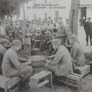 Corvée de pommes de terre pour les prisonniers allemands, au Château-d'Oléron.(Département de la Charente-Maritime, Direction de la Culture, du Sport et de l'Animation, service des Archives départementales-La Rochelle - 78 Fi.)