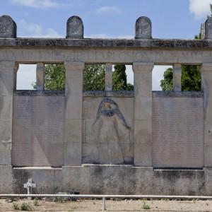 Suite à l'explosion de l'usine Vandier le 1er mai 1916, un monument aux morts est construit dans le cimetière de la Rossignolette en hommage aux victimes. (Région Poitou-Charentes, inventaire du patrimoine culturel / Christian Rome, 2013.)
