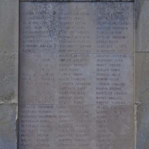 Première liste des noms des victimes de l'explosion de l'usine Vandier, gravés sur le monument aux morts. (Région Poitou-Charentes, inventaire du patrimoine culturel / Christian Rome, 2013.)