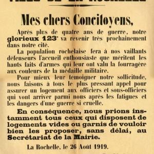Affiche de l'appel du maire de La Rochelle, du 26 août 1919, demandant aux habitants d'assurer le logement aux officiers et sous-officiers du 123e Régiment d'infanterie qui doit revenir. (Archives municipales de La Rochelle 2 Fi 0842.)