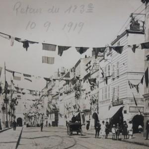 Décoration des rues de La Rochelle pour célébrer le retour du 123e Régiment d'infanterie, le 10 septembre 1919. Photographie. (Département de la Charente-Maritime, Direction de la Culture, du Sport et de l'Animation, service des Archives départementales-La Rochelle - 78 Fi.)