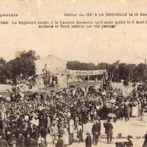Le 123e Régiment d'infanterie de retour à La Rochelle, le 10 septembre 1919. «Le Régiment rentre à la Caserne Renaudin qu'il avait quittée le 5 août 1914, acclamé et fleuri partout sur son passage». Carte postale. (Archives municipales de La Rochelle 5 Fi 3469.)