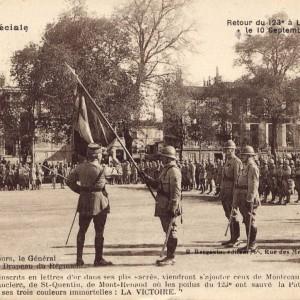 Le retour du 123e Régiment d'infanterie à La Rochelle, le 10 septembre1919, honneur aux soldats. «Après son discours, le Général Hubert embrasse le Drapeau du Régiment». (Archives municipales de La Rochelle 5 Fi 3451.)