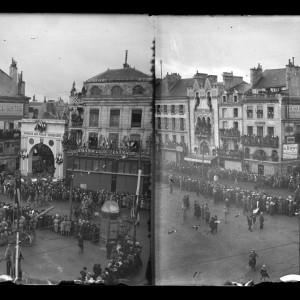 Fête de la Victoire de 1918, fêtée en 1919 sur la place d'Armes à Poitiers. (Région Poitou-Charentes, inventaire du patrimoine culturel / fonds Hélène Plessis-Vieillard - André Plessis.)