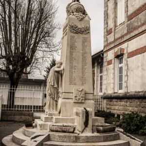 Le monument aux morts de Parthenay, dans les Deux-Sèvres, en l'honneur des instituteurs morts pendant le conflit, est un des 1 500 monuments que compte le Poitou-Charentes. (Région Poitou-Charentes, inventaire du patrimoine culturel / R. Jean, 2008.)