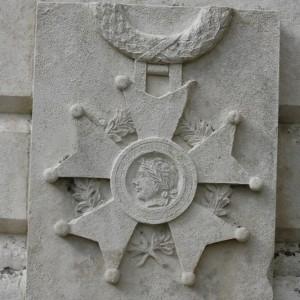Un détail du monument, la croix de guerre avec le médaillon représentant le profil de la République avec bonnet phrygien. (Région Poitou-Charentes, inventaire du patrimoine culturel / R. Jean, 2008.)