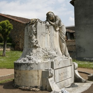 Le monument aux morts de Chabanais, en Charente. (Région Poitou-Charentes, inventaire du patrimoine culturel / Gilles Beauvarlet, 2008.)