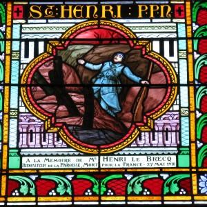 Détail d'une des verrières dans l'église de Buxeuil, dans la Vienne, en hommage à Gabriel Beauvais, mort au champ d'honneur. (Région Poitou-Charentes, inventaire du patrimoine culturel / T. Allard.)