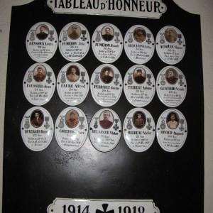Tableau d'honneur de soldats morts au combat, dans l'église de Saint-Secondin, dans la Vienne. (Région Poitou-Charentes, inventaire du patrimoine culturel / T. Allard.)