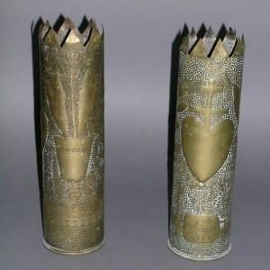 Vases réalisés à partir de douilles d'obus ciselées et gravées, dans l'église de Vouneuil-sous-Biard, dans la Vienne. (Région Poitou-Charentes, inventaire du patrimoine culturel.)