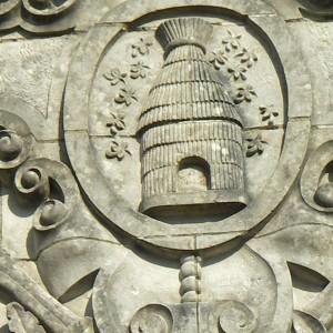 Fronton du bâtiment de L'Union, société mutuelle libre, bâtie en 1883 à Marans (Charente-Maritime). La ruche d'où sortent les abeilles est souvent utilisée en tant qu'emblème du travail par les sociétés de secours mutuels et les coopératives. Cette référence à la ruche est sous-jacente dans de nombreux logos actuels sous la forme géométrique rappelant des alvéoles. Photographie P. Toucas.