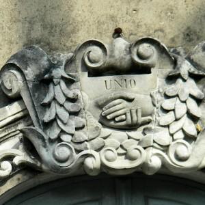 Clé de fenêtre de la façade de l'Union à Marans. La poignée de mains, considérée en France comme le symbole de la solidarité et, par conséquent, du mouvement mutualiste, a été utilisée comme emblème jusqu'à l'adoption du logotype. Photographie P. Toucas.
