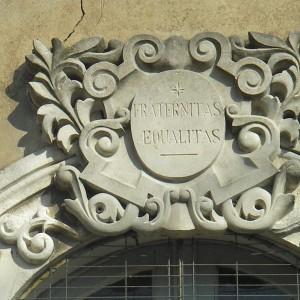 Les devises des sociétés sont des formules qui résument leur esprit, comme ici «Fraternité, égalité» en latin gravée sur une clé de fenêtre. Photographie P. Toucas.