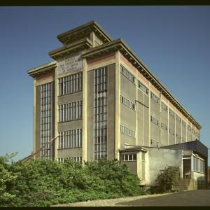 Coopérative agricole de Mirebeau (Vienne).  Si les premiers silos sont édifiés entre 1932 et 1936, la plupart datent d'après 1936, année de la promulgation de la loi instituant l'Office National Interprofessionnel du Blé (ONIB) chargé de contrôler et de moraliser le commerce du blé. Ils sont édifiés par les coopératives et syndicats agricoles, soutenus par le gouvernement.