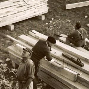 Coopérateurs-charpentiers sur le chantier de la cité des Castors à  Bressuire (Deux-Sèvres), vers 1955. Photo E. Revéreault.