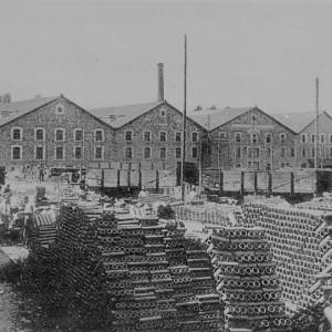 Tuilerie coopérative de Roumazières-Loubert (Charente), vers 1930. Cette tuilerie a été créée en 1907, sous l'impulsion de l'abbé Joseph Marcelin (1868-1959), avec l'apport financier de ses paroissiens, pour améliorer les conditions de travail des tuiliers qui participaient à la gestion de l'entreprise. Collection particulière.