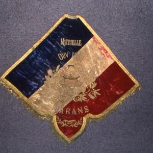 Bannière de la société de secours mutuels de Marans, datée de 1907. La bannière sert pour pour les fêtes et commémorations où est représentée la société, et les cortèges funéraires lors de l'enterrement d'un mutualiste. Cette utilisation est directement empruntée aux confréries religieuses. Archives départementales de la Charente-Maritime, 78 Fi.