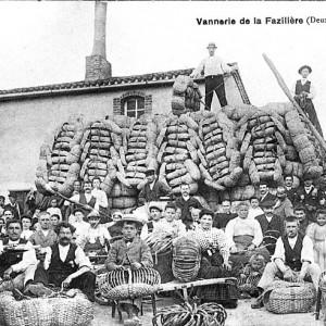 Les coopérateurs vanniers de la Fazilière à Vernoux-en-Gâtine (Deux-Sèvres), vers 1920. Une vannerie coopérative est constituée en 1911 entre les fabricants de paniers en bois de châtaignier ; elle a pour but d'assurer dans les meilleures conditions la vente en commun des paniers. Collection particulière.