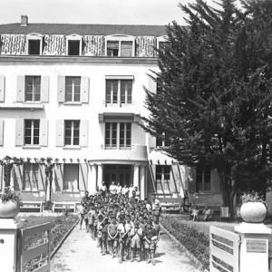 """Colonie de vacances à Ronce-les-Bains (Charente-Maritime). Les bâtiments de la Société coopérative de vacances populaires """"Le rayon de soleil"""", à Ronce-les-Bains, ont été transformés en colonie de vacances pour la Maison de cognac Hennessy, dans les années 1950,  et abritent désormais un hôtel."""