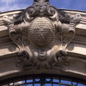 Portail de la Caisse d'épargne et de prévoyance  à Saint-Jean-d'Angély (Charente-Maritime). La fondation de cette Caisse est autorisée par ordonnance royale en 1834. La fourmi, l'abeille, puis la ruche, ont été successivement élues comme emblème par les Caisses d'épargne, jusqu'à leur remplacement par l'écureuil après la Seconde Guerre mondiale.