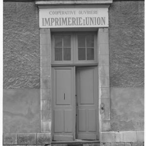 Imprimerie rue Thibaudeau à Poitiers. En 1902, Louis Chérion, journaliste engagé au service du mouvement socialiste dans la Vienne, crée une association ouvrière d'imprimerie L'Union.