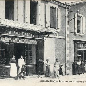 Epicerie et boucherie-charcuterie coopératives à Ruelle-sur-Touvre (Charente). Les ouvriers de la Fonderie de Ruelle se sont organisés en fondant, dès la fin du XIXe siècle, plusieurs commerces coopératifs. Carte postale, vers 1900.