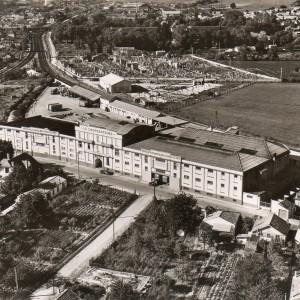La coop La Saintaise, à  Saintes (Charente-Maritime), dans les années 1950. La Saintaise, créée en 1912 à Saintes, est devenue Coopérative Régionale des Charentes et du Poitou en 1920, puis Coopérative Régionale en 1972 et enfin Coop Atlantique en 1994. Aujourd'hui, cette dernière gère près de 300 magasins dans le Centre-Ouest de la France. Archives Frédéric Morin.