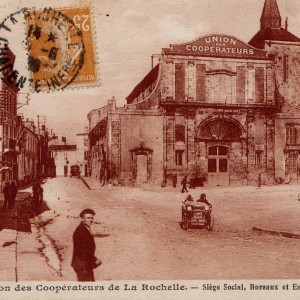 L'Union des coopérateurs de La Rochelle et ses environs. Cette coopérative de consommation,créée en 1916, avait installé ses entrepôts et les bureaux de son siège social dans l'église désaffectée de  Saint-Nicolas (non loin de la gare, actuellement hôtel Ibis). Elle comptait alors 4000 sociétaires et une vingtaine de magasins. Archives municipales de La Rochelle, Fonds Camille Robreau, 5 Fi 4295.
